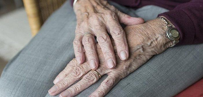 Мусульманка завязала шнурки пенсионеру