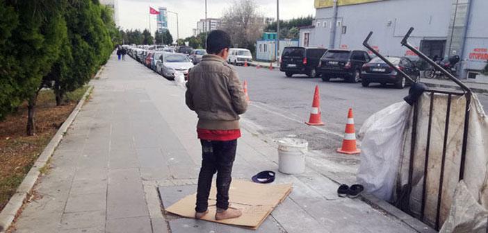 Маленький мусульманин совершил намаз на улице