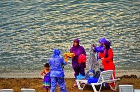 Мусульманка и море